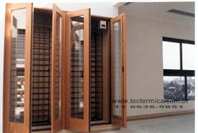 Adega climatizada planejada instalada em um armário embutido
